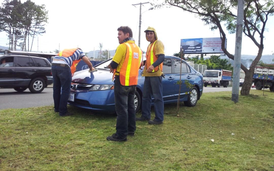 Trabajadores de la Empresa Hernán Solís enceran carro en horas laborales.