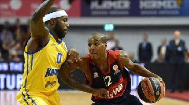 Moscow s US guard Tyrese Ricevie L and Bayern Munich s US guard Alex Renfroe R vie for the ball during the EuroLeague Group A Basketball match FC Bayern Munich Basketball vs Khimki Moscow in Munich southern Germany on October 22 2015 AFP PHOTO CHRISTOF STACHE