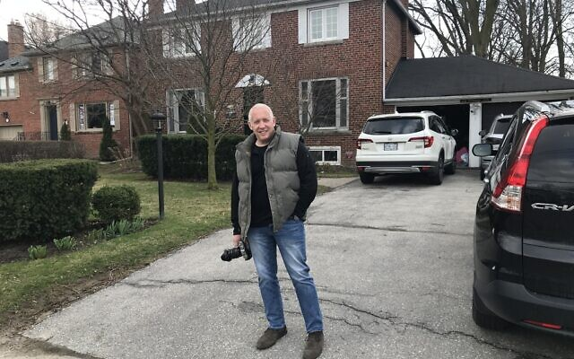 Photographer Eliot Sylman as he prepares to photograph his fellow Torontonians on April 8, 2020. (Robert Sarner/ Times of Israel)