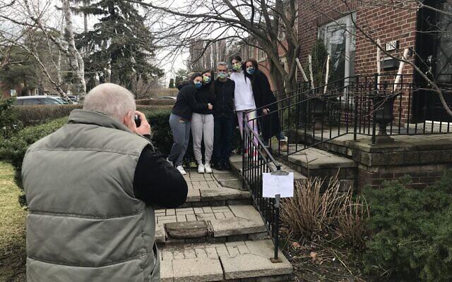 Elliot Sylman photographs the Freedman-Steinhouse family, April 8, 2020. (Robert Sarner/ Times of Israel)