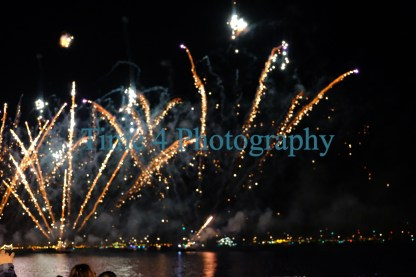 During new eve in Lisbon, a nice multicolor fireworks show in is happening at the Tejo river.