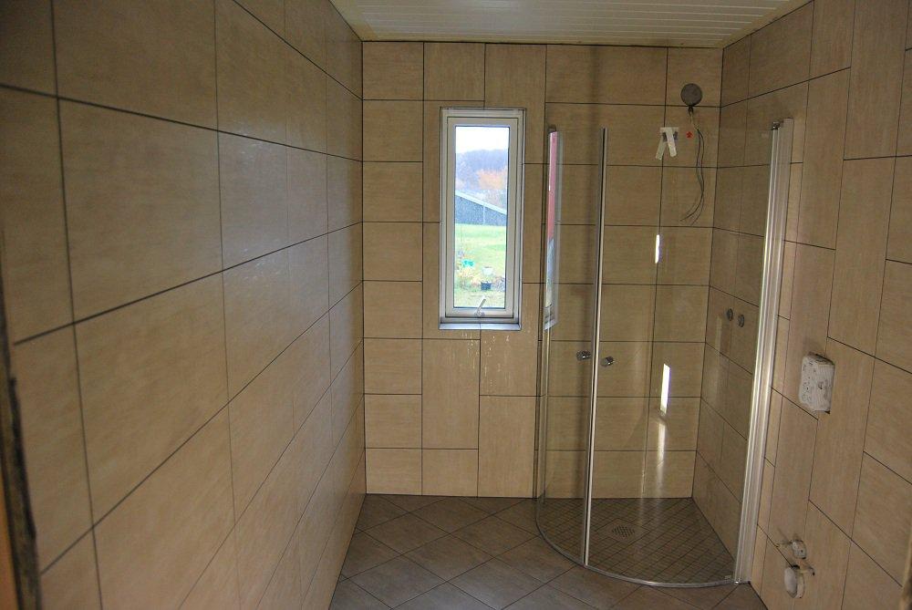 Łazienka zbeżowymi płytkami