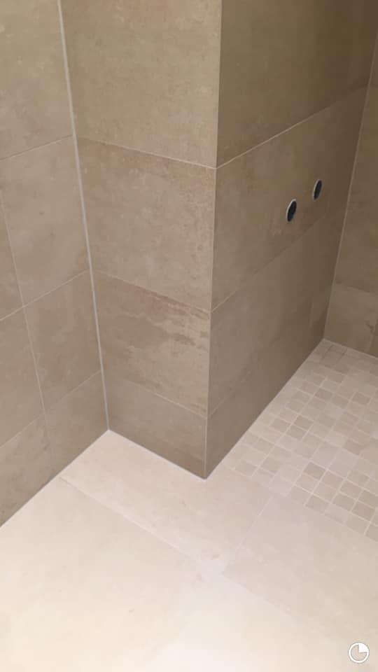 Łazienka zmozaiką wstrefie prysznicowej