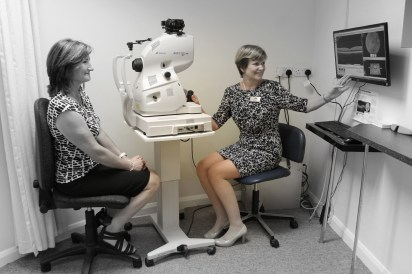 robinson-optometrist-judith-explaining-oct