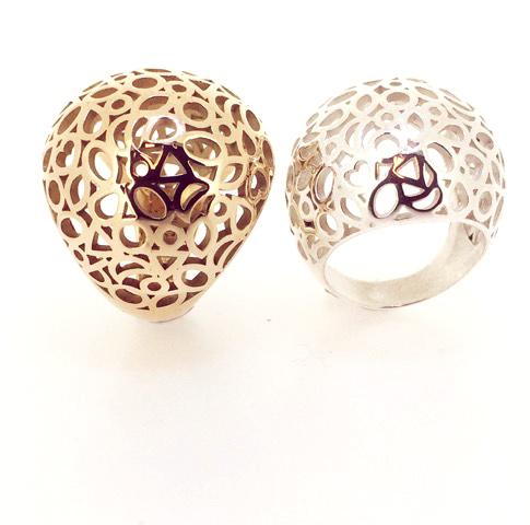 Een gouden en een zilveren '1001-nachtje-ring', bolvormig en bestaande uit een compositie van verschillende slijpvormen.