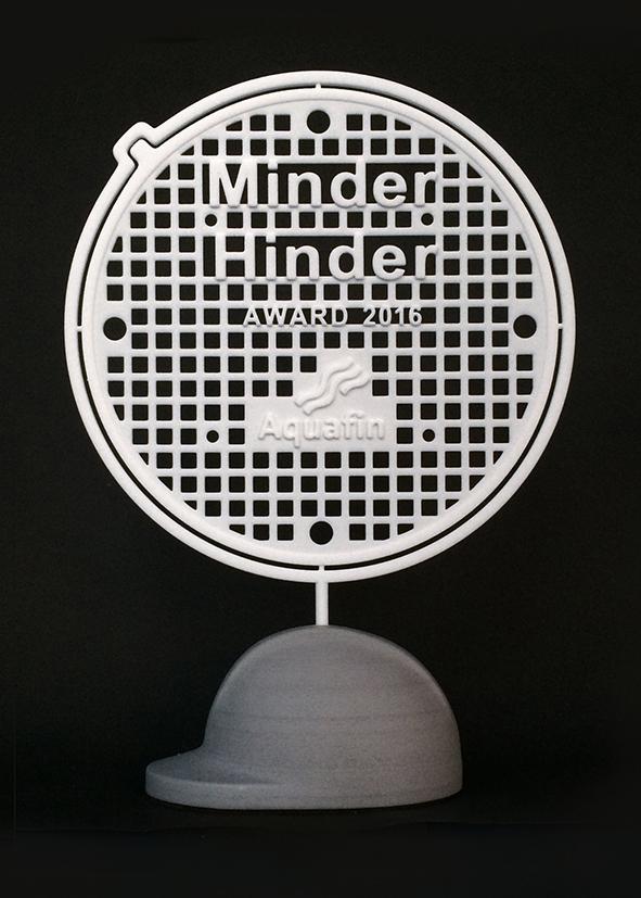 De Aquafin 'Minder Hinder Award': een in wit plastic 3D-geprint draadmodel geinspireerd op een putdeksel op een in zandsteen 3D-geprinte voet in de vorm van een bouwhelm. Achtergrond is zwart.