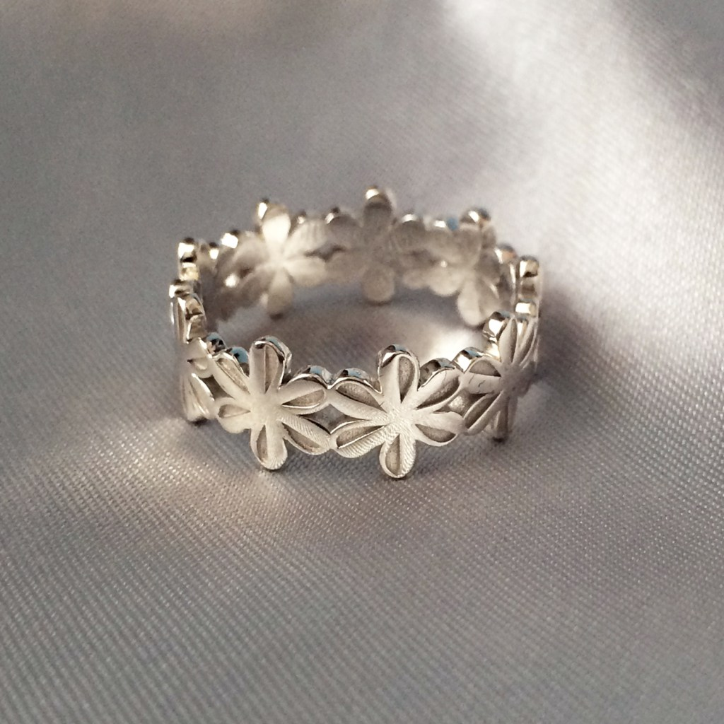 In zilver gegoten ring geïnspireerd op een icoontje van het font Zapf Dingbats.