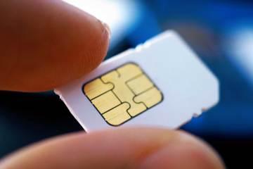 Hand met SIM kaart