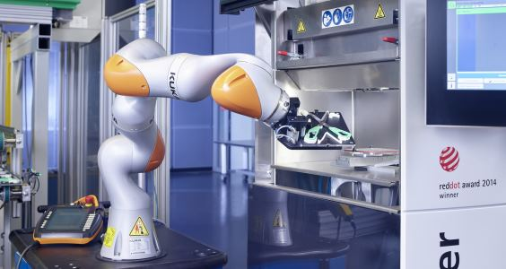 Kuka lightweight robot combines injection molding with additive manufacturing