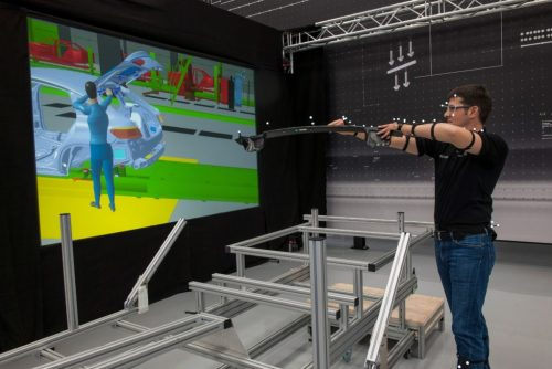 Just as the movement control of a games console is able to imitate golf or tennis strokes, virtual assembly installs parts in a vehicle with amazing realism. By testing with an avatar, experienced employees like Jörg-Christof Schmelzer, Process Engineer, can assess how the task at hand might best be carried out