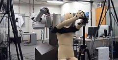 Nu finns roboten som kan klä på dig