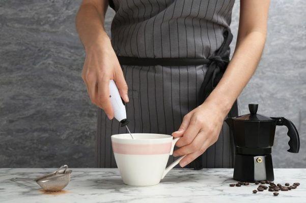 Comment utiliser le mousseur à lait éléctrique