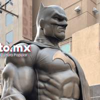 Estatua de Batman es develada en Burbank por DC