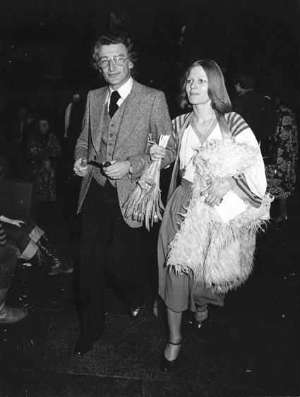 Mulisch verlaat het Boekenbal met zijn echtgenote in 1975