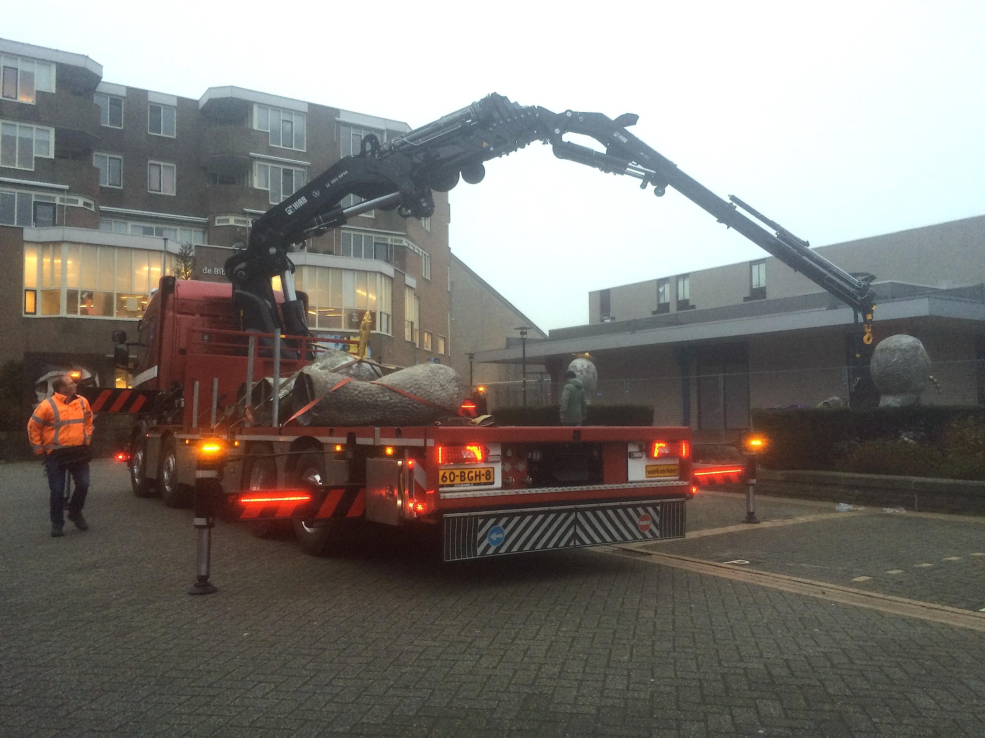 Op het Bernardplein wordt op 4 januari 2016 de veelbesproken beeldengroep in de schemering verplaatst (foto Rob Scholte Museum)