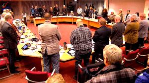 Moment stilte voor Hilda Mooijman in de gemeenteraad Den Helder (foto Staf RSMuseum)