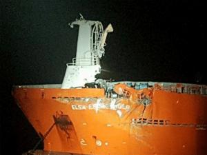 Portugese olietanker vaart op onbemand platform 1 (foto Kustwacht Nederland)