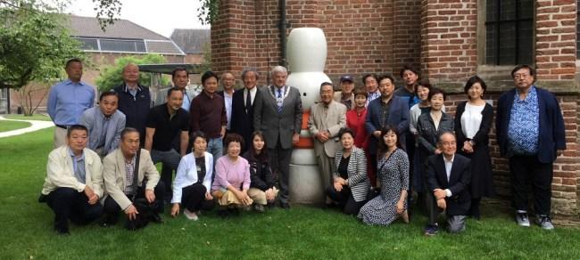 Kamichika en Goto met burgemeester e.a. bij beeld van Dick Bruna (foto Gemeente Utrecht)