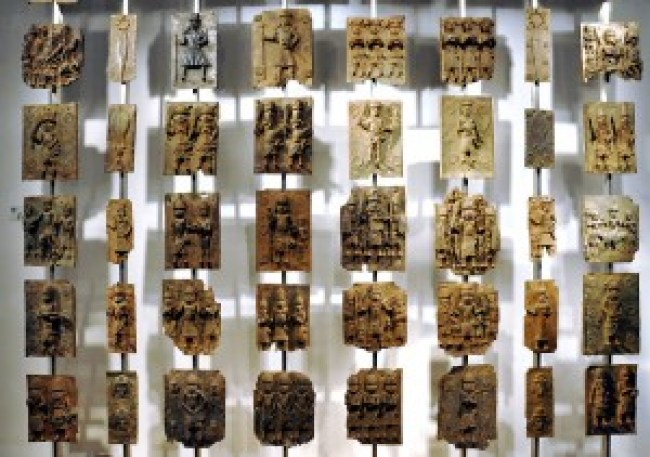 Cast brass plaques from Benin City at British Museum (foto Andreas Praefcke/Wikimedia Commons)