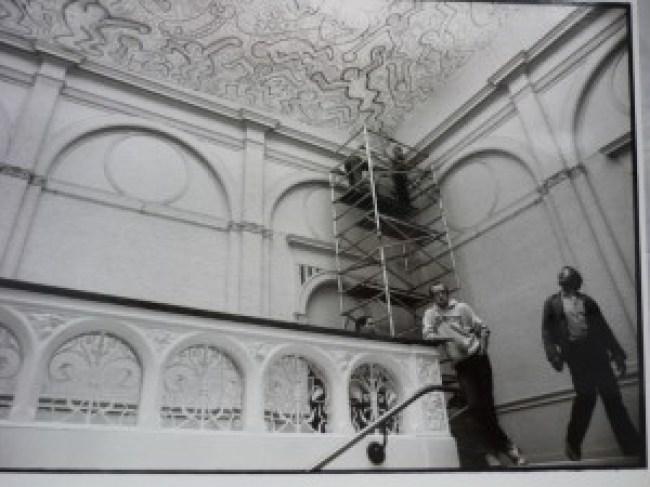 Installation of the velum (foto Stedelijk Museum Amsterdam Archive/Keith Haring Foundation)