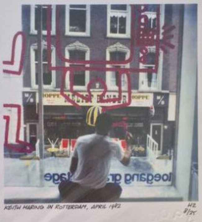 Keith Haring paints the window of Galerie 't Venster, 1982 (foto Pieter van Oudheusden:Keith Haring Foundation)
