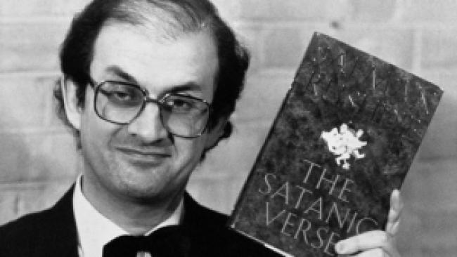 Salman Rushdie met zijn omstreden boek (foto BT)