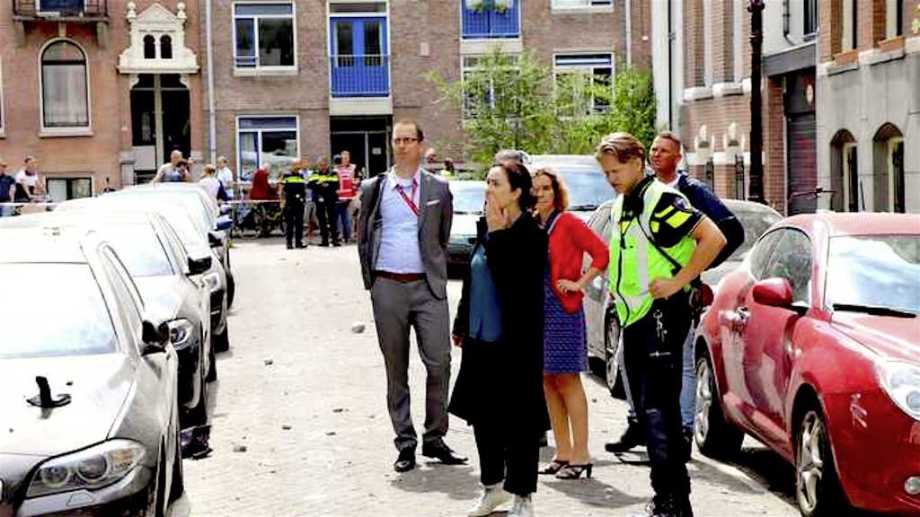 Burgemeester Femke Halsema bekijkt de schade na de explosie in de Van Eeghenstraat (foto Robbie Hiel   Inter Visual Studio)