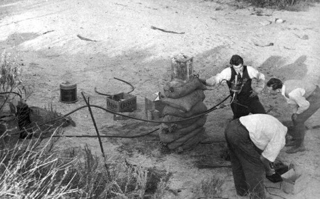 PARSONS (CENTER) AND COLLEAGUES PREPARE ROCKET MOTOR TEST OCTOBER 1936 (foto JPL)