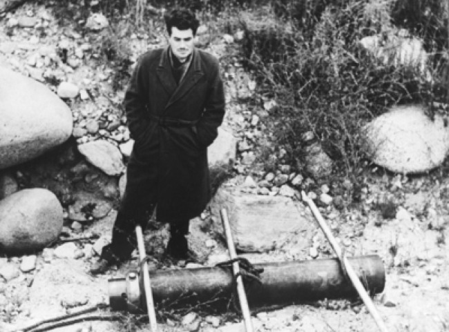 PARSONS STANDING NEXT TO A JATO ROCKET CANISTER IN 1943 (foto JPL)