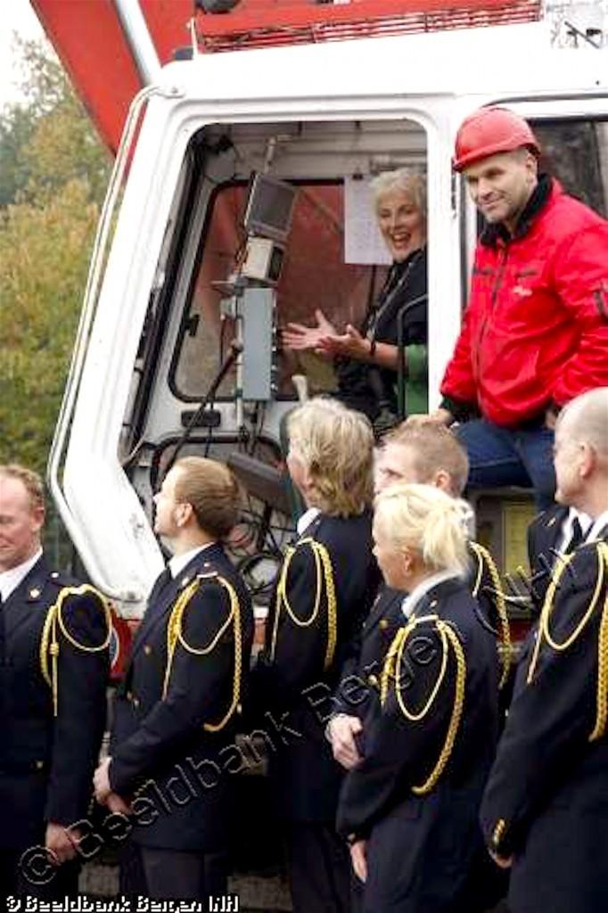 Feestelijke boring van de eerste paal nieuwe brandweerkazerne door burgemeester Hetty Hafkamp (foto Beeldbank Commissie Historisch Bergen)
