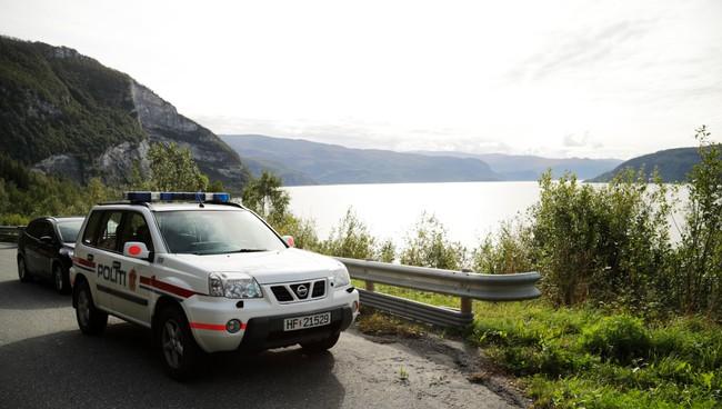 Noen dager etter at Kamphuis ble meldt savnet ble det funnet en skadet kajakk og en padleåre i vannkanten ved Skjerstadfjorden (foto Andreas Nilsen Trygsta/NRK)