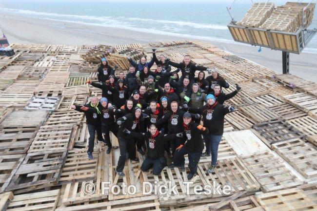 Aan de vreugdevuren van Scheveningen en Duindorp werken altijd veel man aan mee (foto Dick Teske)
