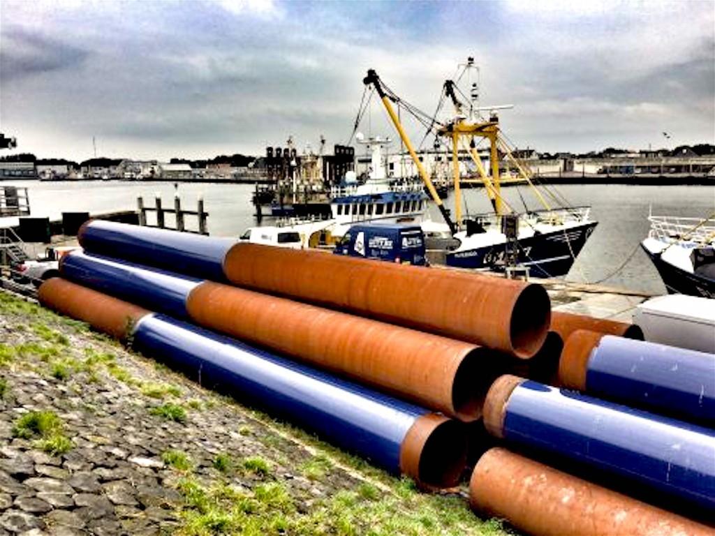 De buizen voor het nieuwe dok liggen al een tijdje in Den Oever te wachten op de zaken die komen gaan (foto NHD)