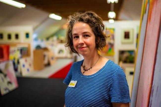 Inge Beeftink in de kunstuitleen op Willemsoord, haar werkplek (foto Jolande Bras:NHD)