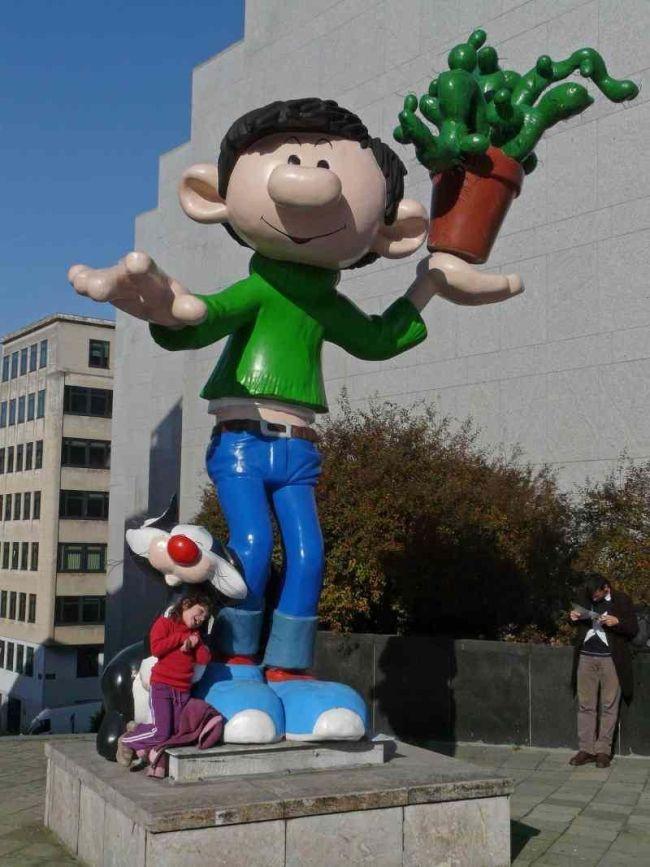 Standbeeld van 'domoor' Guus Flater in Brussel (foto Pinterest)