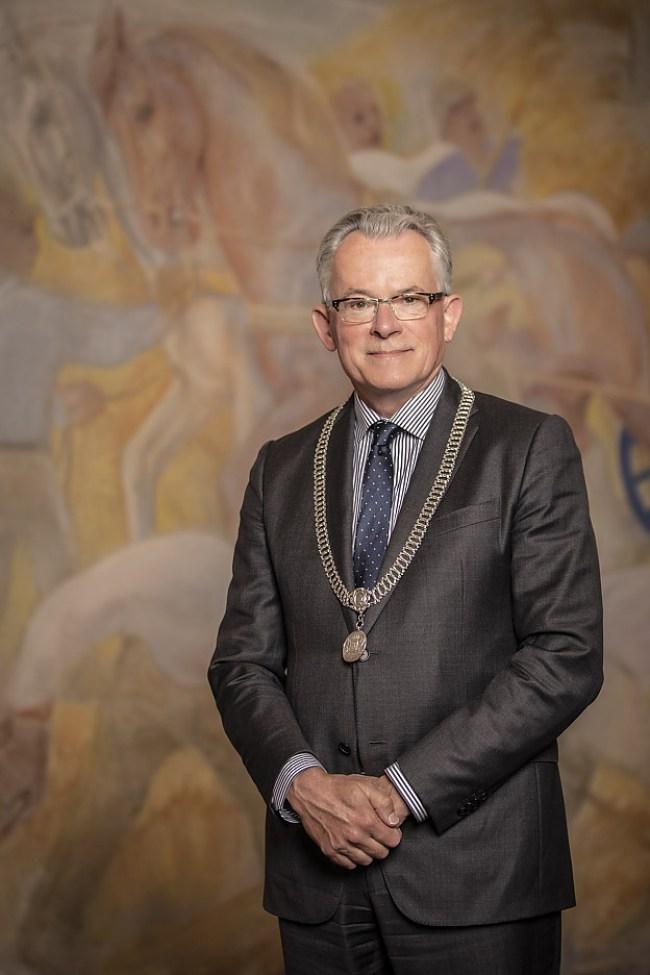 Burgemeester Schuiling met de Groningse ketting (foto gemeente Groningen)