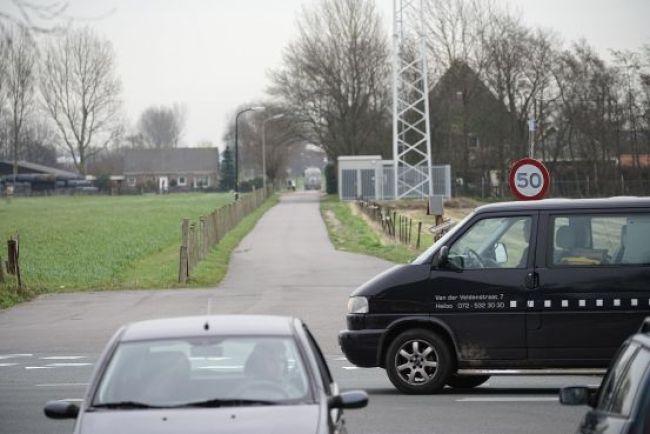 De Lagelaan, de beoogde toegangsweg voor de afslag Heiloo, de stolp rechts is inmiddels gesloopt om ruimte te maken (foto NHD)