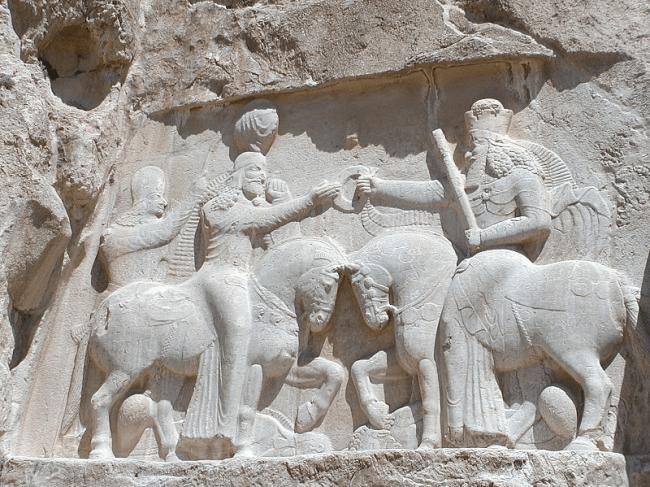 De investituur van Ardashir I. Ahura Mazda (rechts) geeft de Ring der Macht aan Ardashir I (foto Wikipedia)