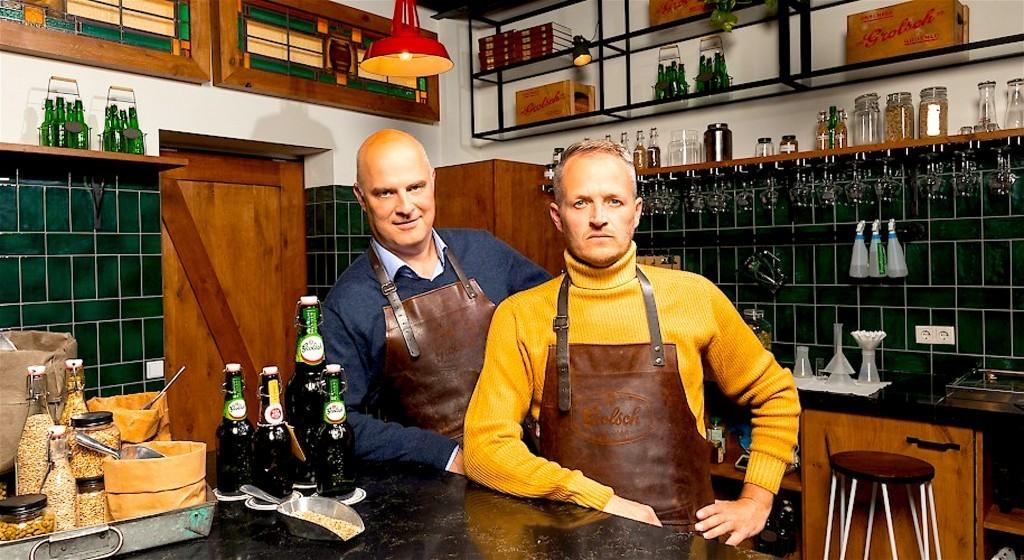 Kunstenaar Daan Samson (rechts) + met Enschede inwoner Andrei Haret, algemeen directeur van Koninklijke Grolsch (foto Jeronimus van Pelt)