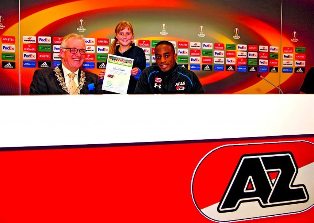 Alkmaarse burgemeester Piet Bruinooge reikte de eerste certificaten van Playing for Success uit (foto Rodi)