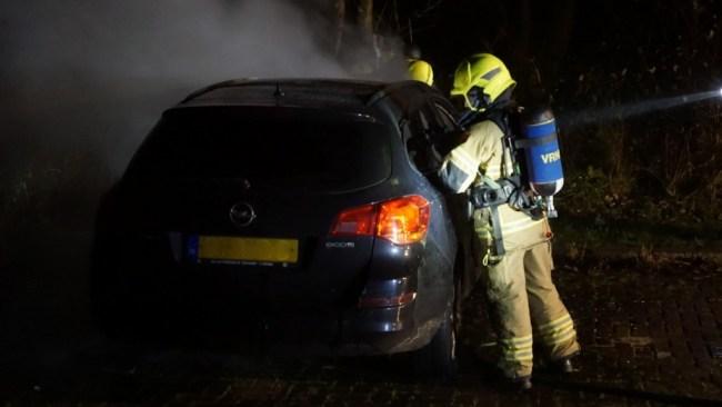 Auto, die geparkeerd stond bij restaurant Duinoord aan de Jan Verfailleweg in Den Helder, is vanavond volledig uitgebrand (foto GLOCALmedia)
