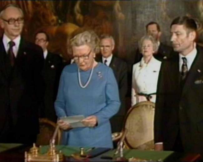 Koningin Juliana leest de onafhankelijksverklaring (foto Andere Tijden)