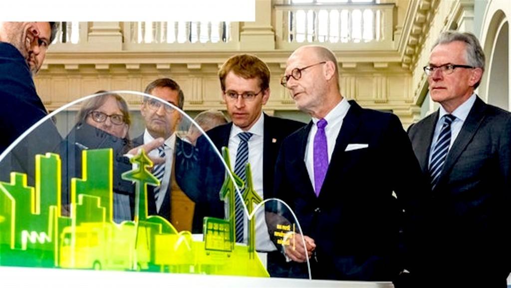 Schleswig-Holsteins Ministerpräsident Günther und Hamburgs Wirtschaftssenator Westhagemann besuchen einen Ausstellungsstand, außerst rechts Koen Schuiling, Bürgermeister von Groningen (foto Markus Scholz)