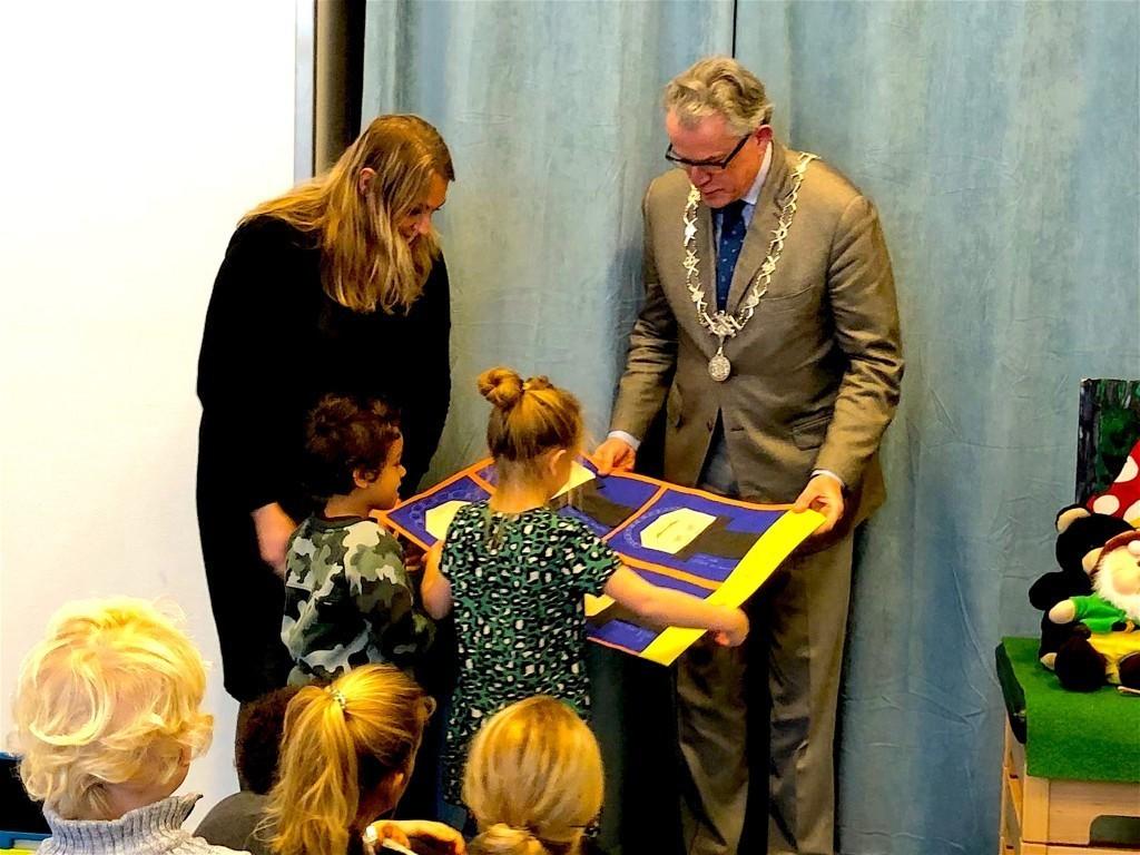 Voorlezen met burgemeester Schuiling in IKC Driemaster Den Helder (foto skdh.nl)