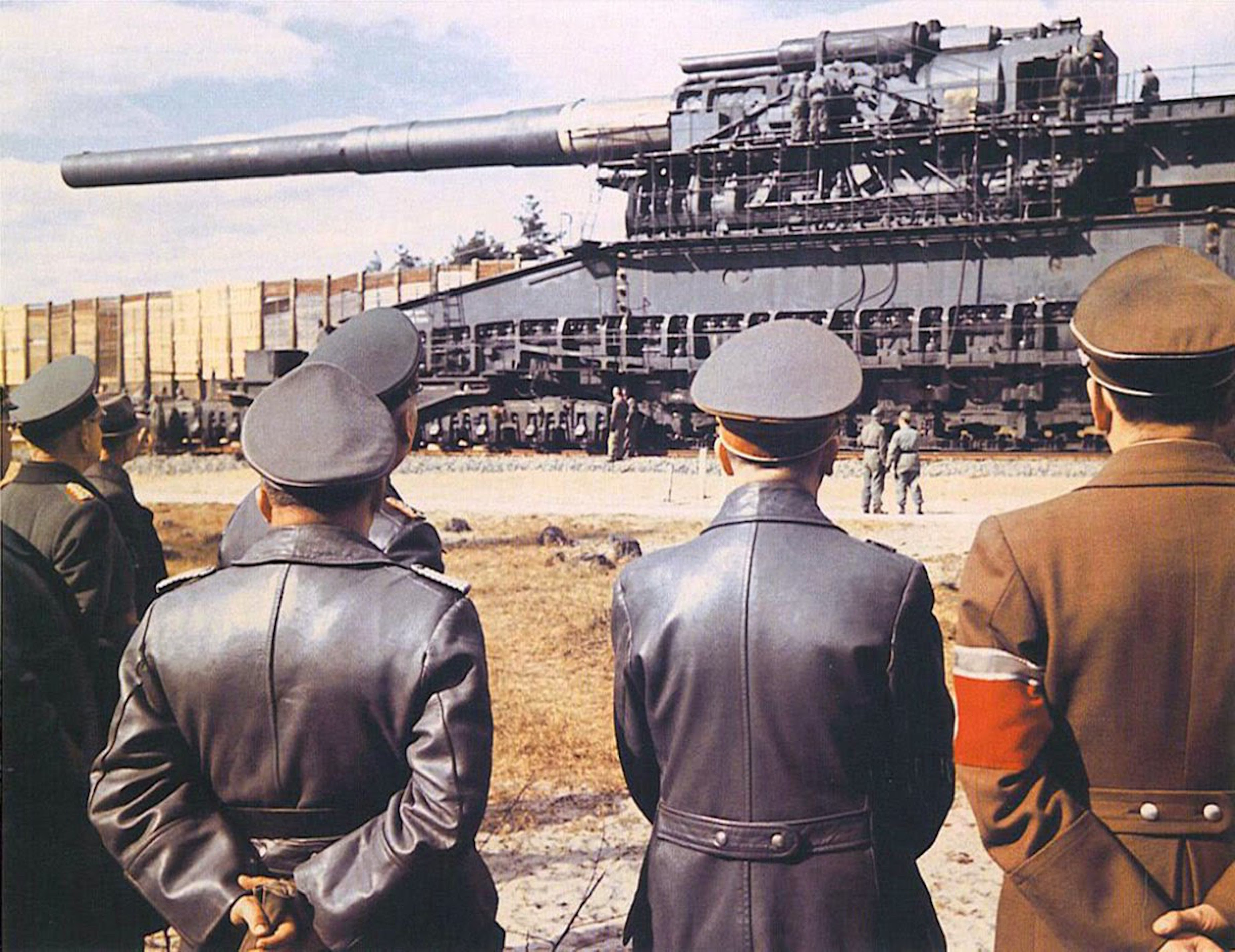 Inspecting the Heavy Gustav, Adolf Hitler (second from the right), Albert Speer (on the left) and their generals with the largest caliber rifled weapon ever used in combat, 1941 (foto Pinterest)