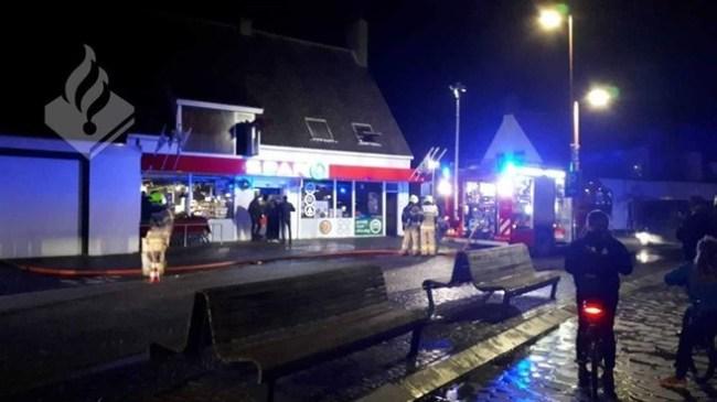 Hulpdiensten bij de brand vrijdagavond in Petten. (foto Politie)