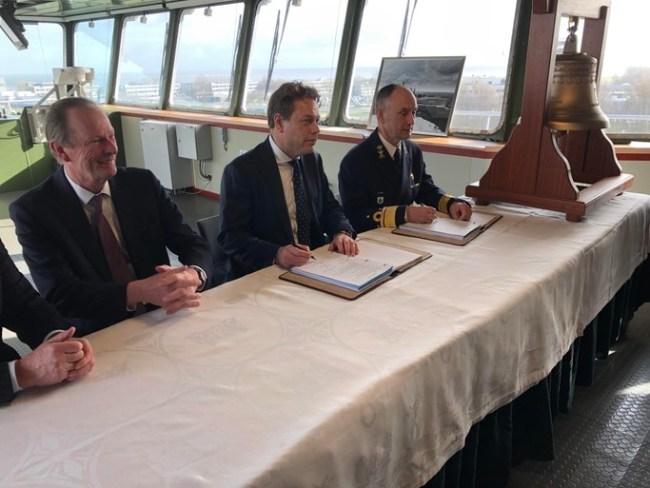 De top van Damen met geheel rechts vice admiraal Arie Jan de Waard (foto Arie Booy)