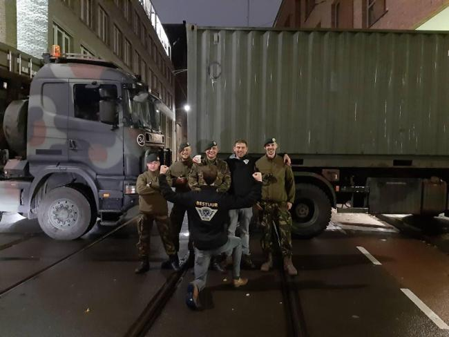 """Het bestuur van Farmer Defence Force gemoedelijk samen op de foto met """"onze"""" militairen (foto Twitter)"""
