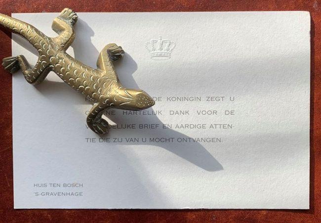 Koningin Maxima bedankt Jaap Holtzapffel voor het Roofboek over Rob Scholte, dat ze van Holtzapffel mocht ontvangen (foto Facebook)