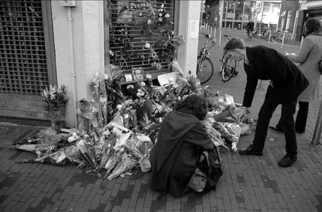 Memorabilia op de plek, waar Louis Sévèke werd vermoord (foto Marcel Maassen)